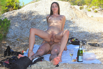 Amateur oral sex on a romantic picnic